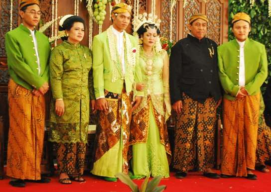 Indonesia Rituals Weddings And Funerals: Indonesian Wedding Traditional Ceremony Dress